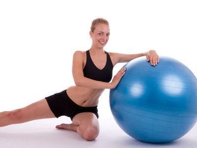 Der Gymnastikball. Körperliche Fitness durch verschiedene Übungen und gesundes Sitzen.