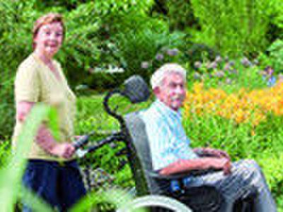 Rollstuhl mit Kopfstütze